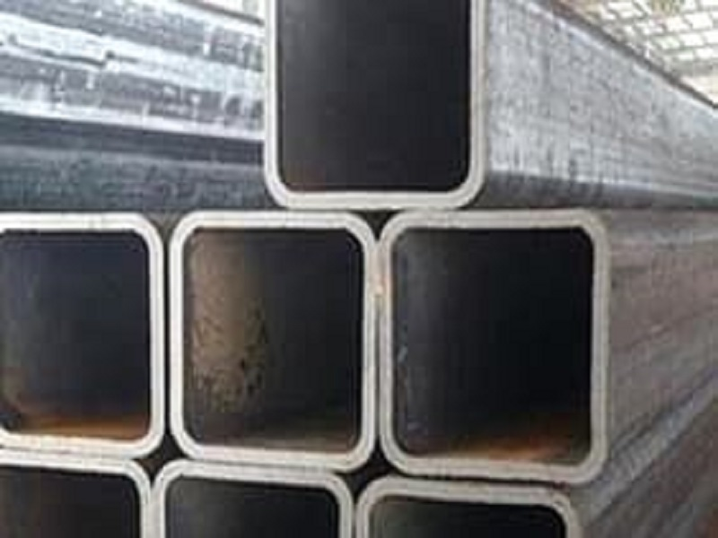 Cột dạng hộp định hình cố định trên mặt đất bằng bulong hóa chất nên việc lắp đặt dễ dàng